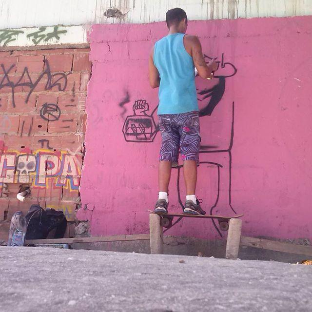 Obstáculos que viram cavaletes, skate vira apoio. E o luxo é a sombra. Ta fluindo. Arte de rua é resistência. #romastreetart #ruasdazn #streetartrio