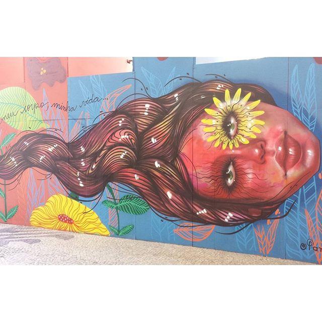 Quando for ver a #frida na #caixacultural não deixe de ver os painéis da @panmelacastro #panmelacastro #artederua #arteurbana #nasruas #narua #grafite #graffiti #streetart #streetartrio #riodejaneiro #carioca #avidapede #imprensacaixa