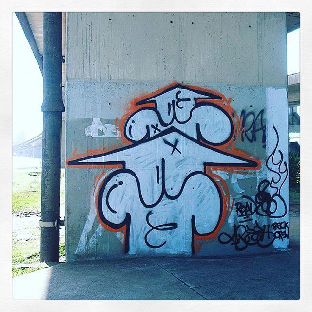 Road #bomber #flashbackfriday #Floripa ponte Hercilio Luz ainda aceso no role que fiz com o monster @vejam_ em 2008 #streetart #graffiti #streetartrio