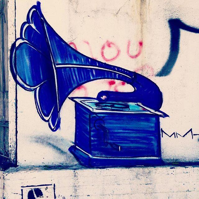 Street Art, Rio de Janeiro. #streetart #street #rio #rj #colorful #art #artederua #graffiti #urbanart #sound #igersbrasil #brazil #brasil #streetarthamburg #streetartrio #realgrapixo #disco #music #musica