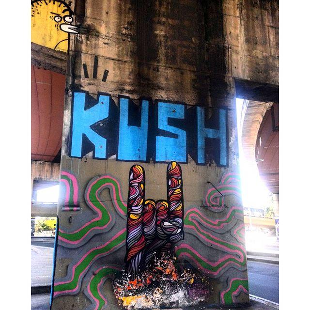 #StreetArtRio Grafite perto do Centro de Convenções SulAmérica Artistas: @searc_src (SRC), @vandalkushrj (KUSH) e @brunobig (Bruno Big) Tirada em 18/12/2015