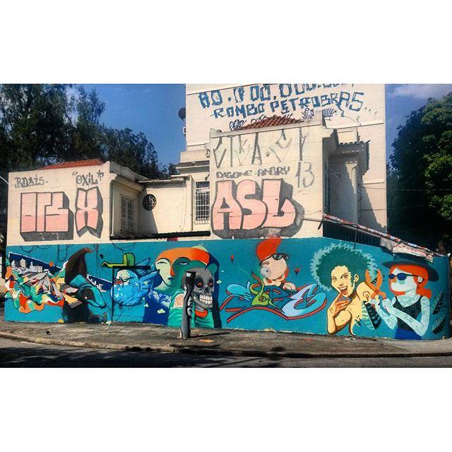 #StreetArtRio Mural no Largo de São Maron, perto da praça São Francisco Xavier, 1/5 Grafite antigo sobre o qual esse foi pintado por cima: https://www.instagram.com/p/_Xd8RKQvaY/?taken-by=hazujh Artistas: @betofame (Fame), @heitorcorreahc (Heitor), @bivup (Bives), @memiguilherme (Memi), @raphaeltorres (Hans), #panks, @felipesore (Sore), @ilpe77 (Ilpe) e @viniciuscarvas (Cash) @nrvocoletivo (NRVO crew)
