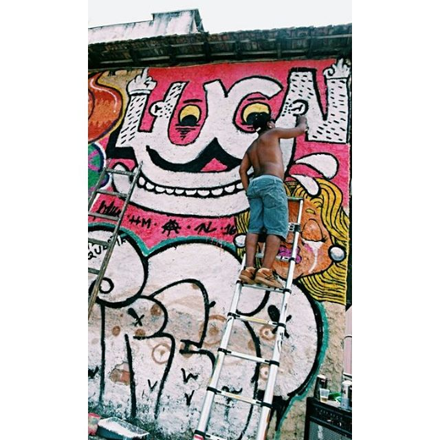 Tô por aí com meu boom bap, e com as rimas tô gastando tipo tala de attack com fat cap. E a realidade é um muro de chapisco, em cima dela vou fazendo meus riscos, desenhando meus sonhos traço por traço, vou deixando minha marca entre o tempo e espaço... #graffiti #bomb #throwup #tagsandthrows #throwie #xarpi #xarpirj #pixo #grapixo #tag #vandal #vandalismo #vandalism #rjvandal #arteurbana #urbanart #estreetart #riodejaneiro #macacoquente #hotmonkey #amantesdotraçooculto #lovershiddenfeature #novaera #newage #StreetArtRio #vandalovers #ILoveBombing #rapnacional #materiaprima