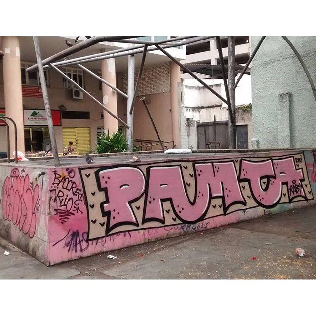 por: @laciudadestuya #PAMTA • #rjvandal #streetartrio #streetart #graffiti #graffitiart #art #riodejaneiro #tags #tagsandthrows #throwsup #throwsupz #bombing #bomb #grafite #artist #artoftheday #arteurbana #rj #urbanart #artederua #rua #graffitiwall #sprayart #vandal #galeriaceuaberto #olheosmuros #bombingbrasil #graffitirio #art #makeartnotwar