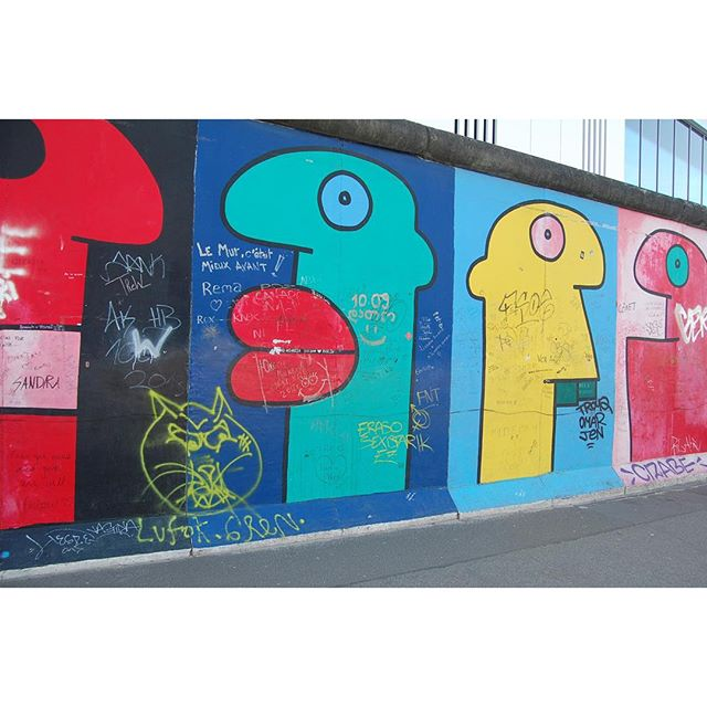 thierry noir - east side gallery #eastsidegallery #berlin #berlim #trip #travel #europe #art #graffiti #instagraffiti #thierrynoir #pels #streetart #streetartrio