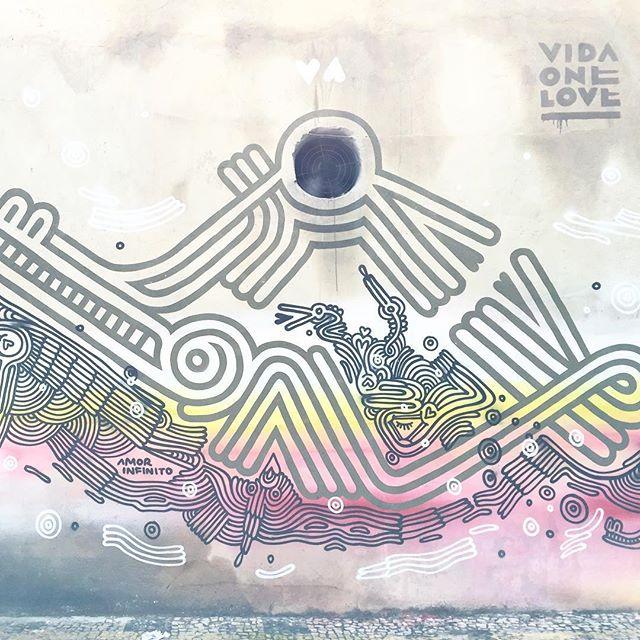 Amor infinito #streetart #streetartrio #vidaonelove #amor thanks to @riostreetarttour for this incredible tour through the streets of rio