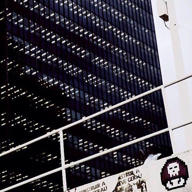Cidade pixel (Foto/Repost: @samuelchuengue) #pixelcity #selvadepedra #umbitchvalemaisquemilpalavras #japadafederal #pixelart #pixel #pixelated #8bit #avenidachile #evilbitch #8bitch #8bitchproject #streetart #streetartrio