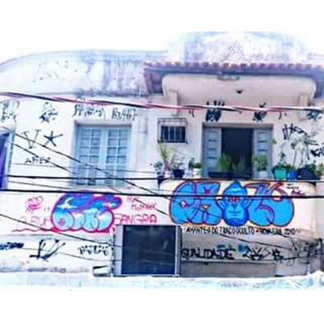 Da série achados e perdidos, foto tão estourada quanto a marquise, mais um caderno que apagou-se !!! Frase do amigo @renanrn2 A Rua Sangra. #graffiti #bomb #throwup #tagsandthrows #throwie #xarpi #xarpirj #pixo #grapixo #tag #vandal #vandalismo #vandalism #rjvandal #arteurbana #urbanart #estreetart #riodejaneiro #macacoquente #hotmonkey #amantesdotraçooculto #lovershiddenfeature #novaera #newage #StreetArtRio #vandalovers #ILoveBombing