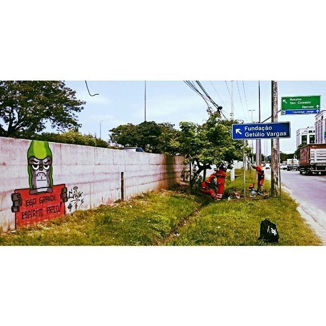 Ego grande, espírito fraco ! (LINK AO VIVO) #graffiti #bomb #throwup #tagsandthrows #throwie #xarpi #xarpirj #pixo #grapixo #tag #vandal #vandalismo #vandalism #rjvandal #arteurbana #urbanart #estreetart #riodejaneiro #macacoquente #hotmonkey #amantesdotraçooculto #lovershiddenfeature #novaera #newage #StreetArtRio #vandalovers #ILoveBombing #gorila #gorilla