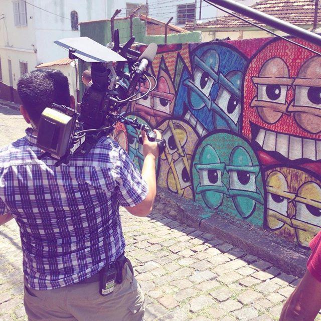 Gravação do Programa @brothersgreen da MTV Gringa, hoje na #ladeiradocastro! Eles participaram do @riostreetarttour e conheceram um pouco do graffiti carioca!