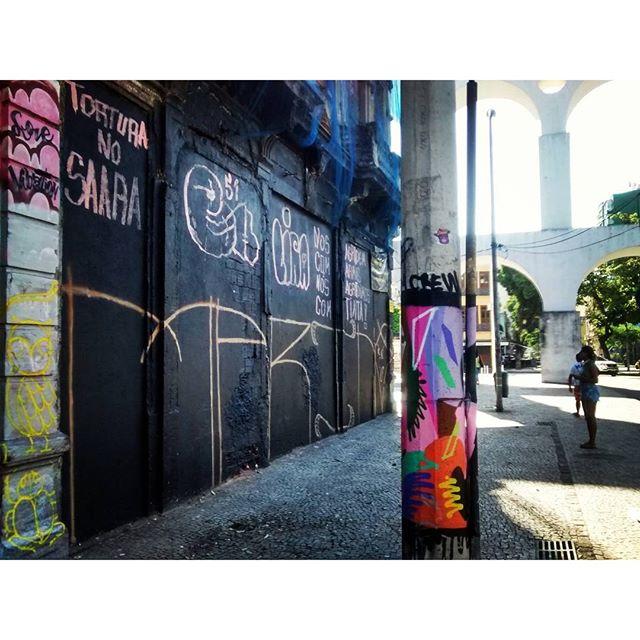 Junto aos amigos e a esse cartão postal! #rua #vandal #arte #poste #rj #streetartrio #instavandal