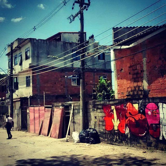 Num esquema rápido de favela, comunidade 2 Irmãos Curicica, set filmagem, bomb pra todo lado ... #bives #streetart #streetartrio