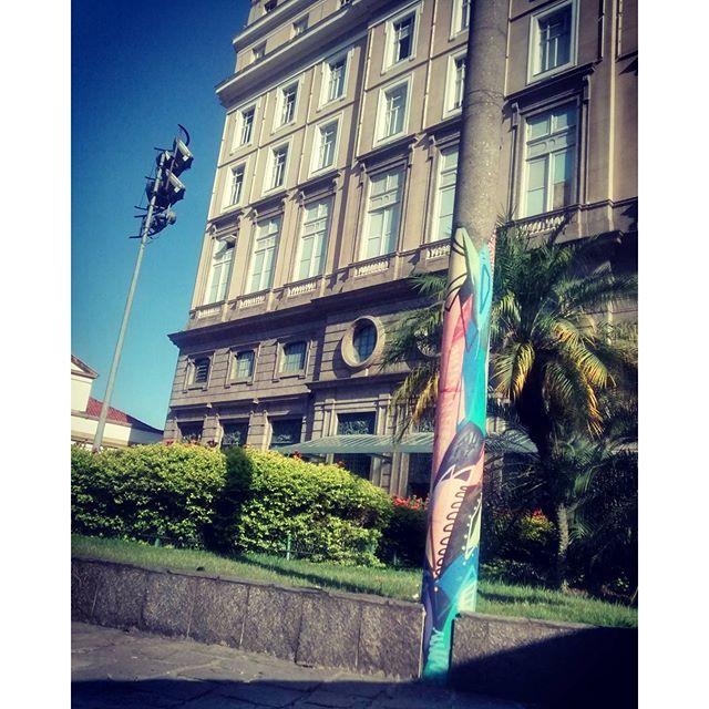 Retratando espaços públicos e ofuscando os cinzas dos seus postes, trazendo cores e vidas a alguns pontos especiais da cidade. #arte #graffiti #graffitiarte #rua #postes #CCBB #instagraffiti #instaarte #RJ #spray #spraypaintart #streetartrio #streetart #cores #love