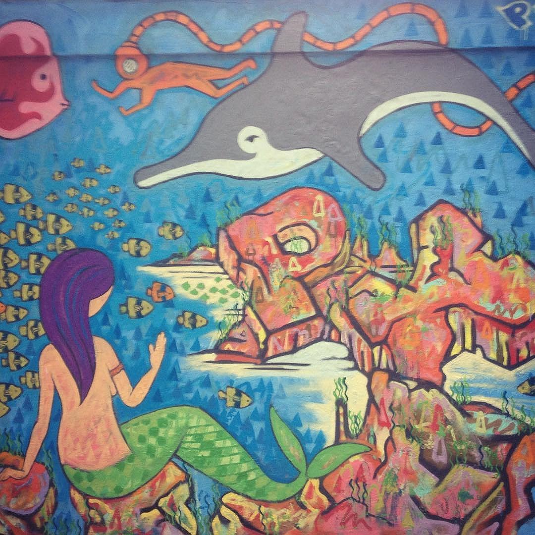 Da #arte antiga, restou pouca coisa. Agora é fechar a parede do outro lado e correr pro abraço! #PXE #graffiti #streetart #streetartRio #refresh #ocean #Ipanema #RiodeJaneiro #mermaid