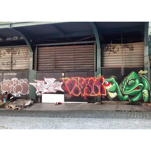 por: @stile_rj #ema @vejam_ @artedorizo • #rjvandal #streetartrio #streetart #graffiti #graffitiart #art #riodejaneiro #tags #tagsandthrows #throwsup #throwsupz #bombing #bomb #grafite #artist #artoftheday #arteurbana #rj #urbanart #artederua #rua #graffitiwall #sprayart #vandal #galeriaceuaberto #olheosmuros #bombingbrasil #graffitirio #art #makeart