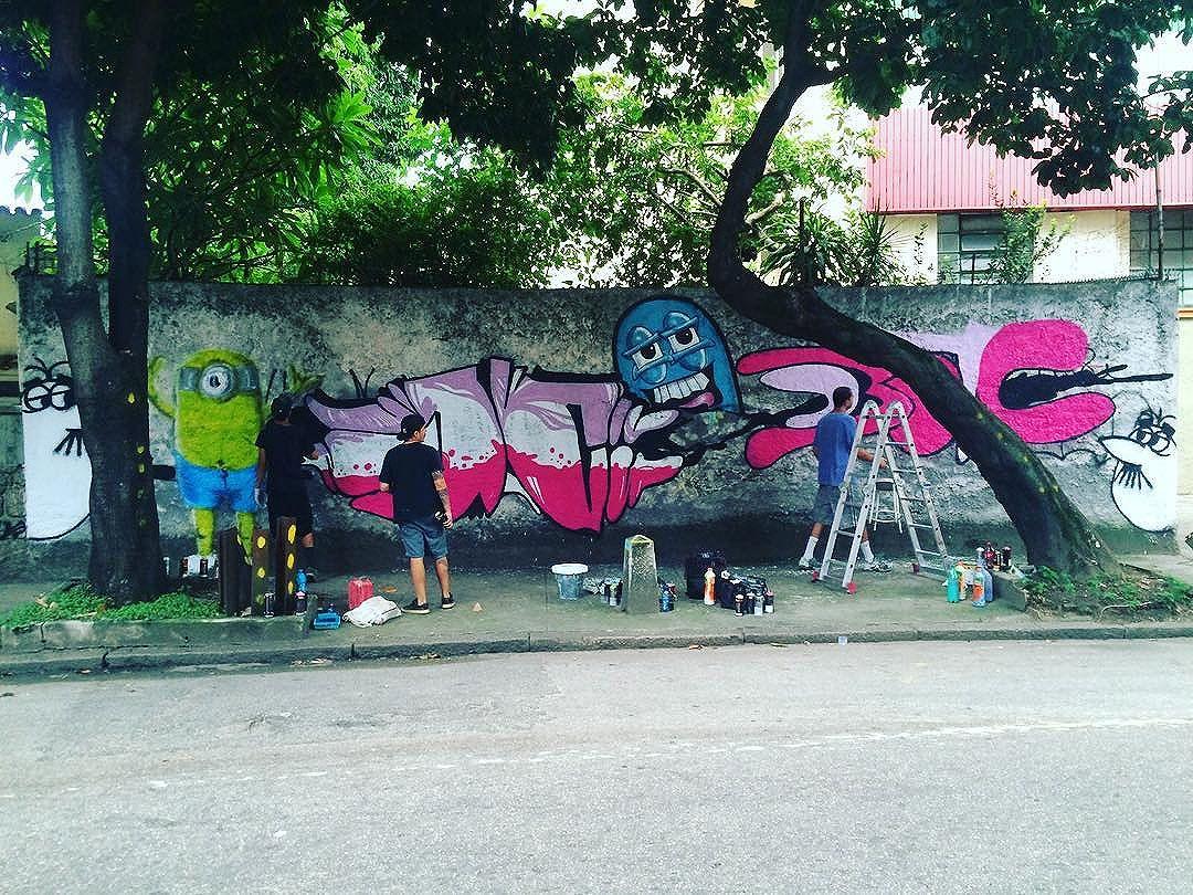 Um dia na Tijuca !! Trapacrew !! Valeu Bac mais uma linda ! @raminho !! #instaart #spray #riodejaneiro #rj #instagraffiti #graffiti #graffite #artederua #art #artist #urbanart #graffitibrazil #graffitebrazil #loveart #spraypaint #streetart #freestyle #graffitirj #graffrio #rua #mtn #hiphop #streetartrio #ruasdazn #trapacrew #tafaltandomuro