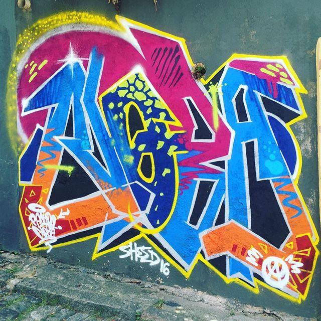 A Primeira vez que escrevi Nobã foi na parede da casa da minha Vó de Giz de Cera no início dos anos 90. Na época de moleque a gente tinha que inventar um nome pra colocar na pichação aí meu irmão @pablopoderafro me lembrou que eu tinha feito isso e falou pra eu continuar... Passando essa fase eu comecei a grafitar em 1998 e assim continuo a assinar até hoje . #pandronobã #artistasurbanoscrew #origem #streetartrio #ladeiradocastro #lapa #santateresa #galeriaaceuaberto #rjvandal #streetartbrasil #writers #loveletters #oldschool #graffitiwriters 2016