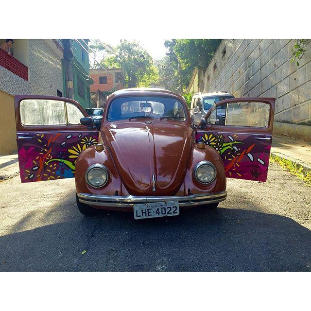 Fucão 74 devidamente decorado. #pandronobã #fusca74 #working #fusca #carroantigo #spraypaint #graffitiart #streetartrio #streetart #ilovegraffiti #loveart #graffitimovel #oldschool #antiguidade #artistasurbanoscrew 2016
