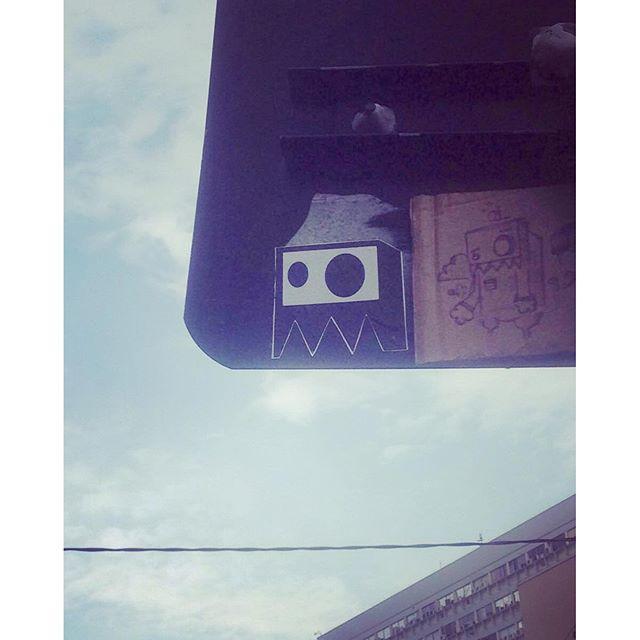 Intervenção urbana ... Sticker e papelão ... #sticker #stickervandal #stickerculture #rjstickers #artesobrepapelao #drawing #streetartrio #streetart #lknogueira