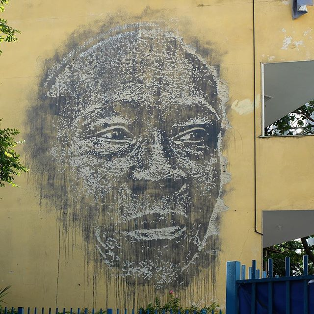 Mural by @Vhils in Copacabana in Rio de Janeiro, Brazil. Portrait chiseled into the wall!