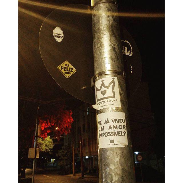 Ô se fui feliz no Rio Grande. O frio da serra e, depois, a confusão harmôrnica da capital. Porto Alegre é cheia de pixo, stickers e tem grafite até nas caçambas de lixo. Repleta de parques sem grades e o constante abraço do Guaíba. Um chimarrão a cada esquina. O dualismo no futebol que reviveu minhas memórias belorizontinas da forma mais feliz. O bom atendimento nos restaurantes (algo não tão frequente nas terras cariocas). Por sinal, tinha até esquecido que os carros têm buzina. E tudo isso com o sensacional sotaque gaúcho e muito(!!) churrasco.