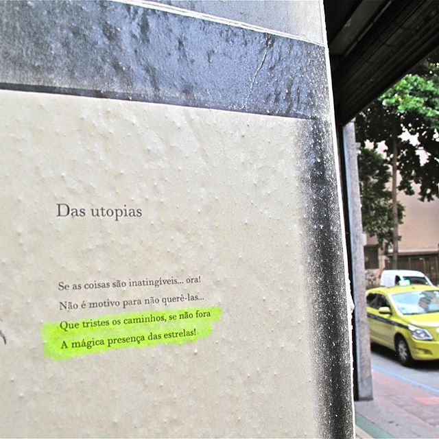 Os caminhos impossíveis de @_marioquintana_ no mural de Botafogo ao lado da @livrariadatravessa. #paginario #brazilstreetart #art #literature #streetart #streetartrio #streetwriter #streetreading #arteurbana #urbanart #urbanintervention #poetry #marioquintana #rio #rio #riodejaneiro #galeriaaceuaberto