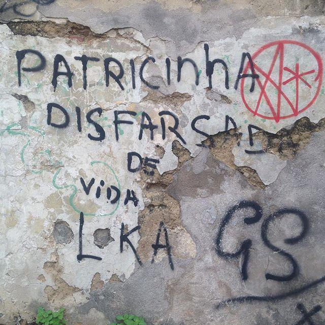 """Patricinha disfarsada de vida loka."" Santa Teresa/RJ #asruasfalam #oqueasruasfalam #frases #santateresa #streetarthunter #streetartrio #streetartrj #streetart #artederua #culturaderua #frases #graffiti #instagrafite #rj #rua"