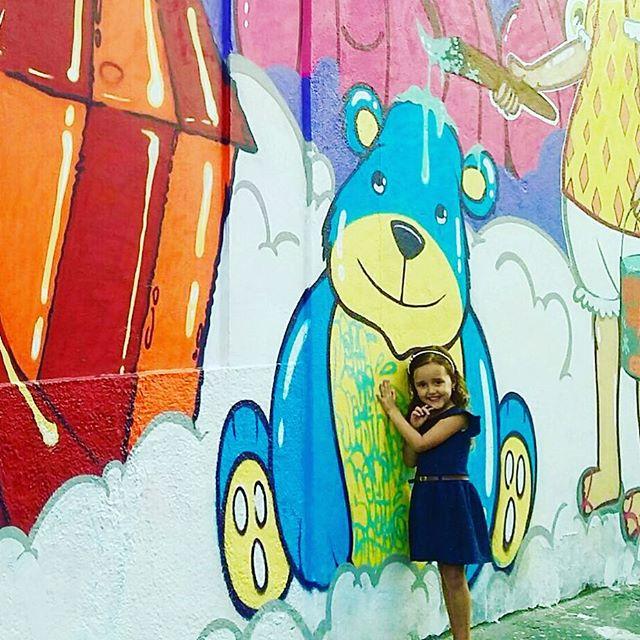 Perguntei para a pequena Juju do que ela tinha gostado mais, ela olhou todo o painel mas logo correu e abraçou o Urso... Pintar na rua e poder interagir com pessoas de todas as idades é muito gratificante. #pandronobã #artistasurbanoscrew #muralgraffiti #streetartrio #ilovegraffiti #amoarte #artederua #urbanart #streetartbrasil #riodejaneiro #zonanorteetc #graffiti #graffiticarioca #graffitibrasil #loveart #ruasdazn 2016