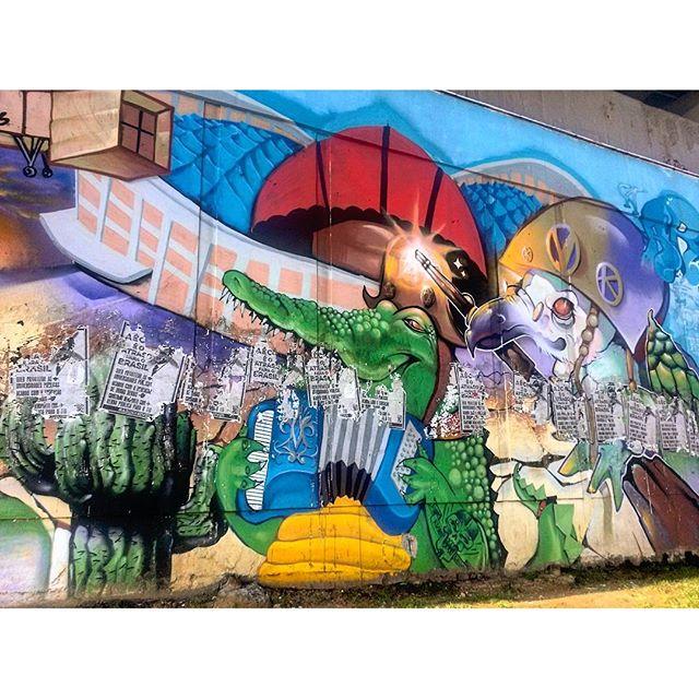 #StreetArtRio Cangaceiros e Centro Luiz Gonzaga de Tradições Nordestinas ao fundo Grafite na Radial Oeste nos muros da estação de metrô São Cristóvão, no Maracanã; 5/8 Artistas: #AFa87, @ch2ftg (CH2), @_renamachado (Rena), @brunolifekvk (Bruno Life), #karma, #jet, #mort, #ang, #camiz, #SMF Tirada em 25/03/2016