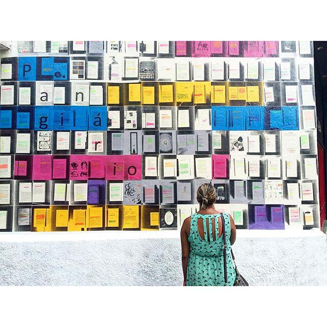 Tem gente visitando e lendo nosso novo mural! Chega lá! Na @livrariadatravessa de Botafogo. #paginario #urbanart #errejota #intervencaourbana #artrua #art #book #bookstore #streetart #streetartrio #galeriaaceuaberto #urbanintervention #brazilstreetart #globalstreetart #books #reading #streetreading #streetwriter #wallwriting #rioshow #rioguiaoficial #riodejaneiro