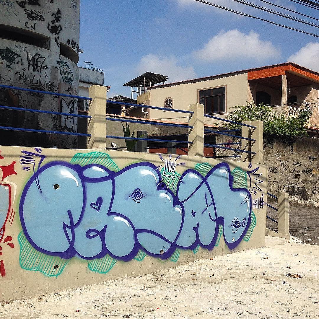 Bom dia segunda-feira !! E ótima semana pra geral !! #graffiti #throwup #tinta #acrilica #spray #letra #letters #umtraço #rua #penha #riodejaneiro #fotografia #arte #artecontemporanea #streetart #streetartrio #sentimento #real #ilusão #universopictóricoparticular