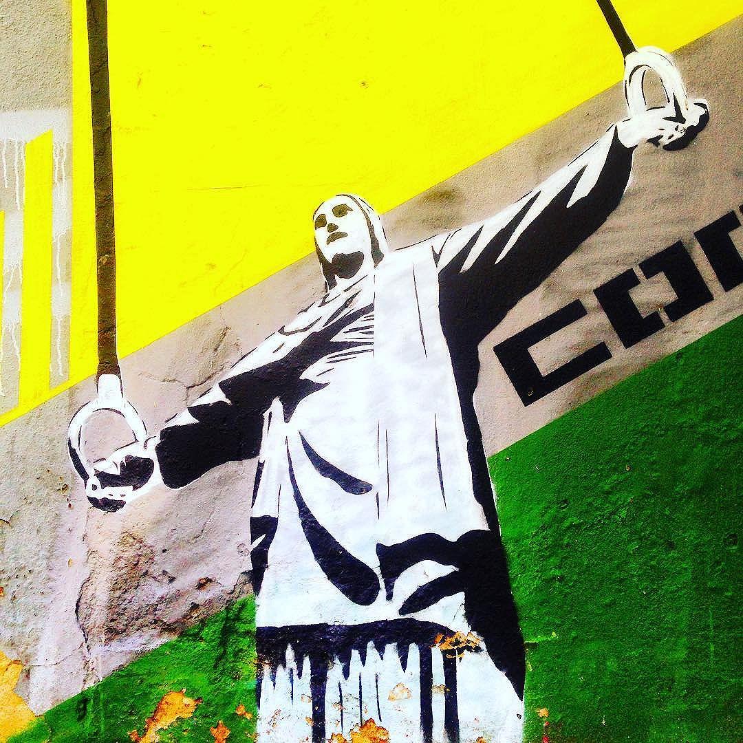 Cristo Redentor. #cristoredentor #cristo #christ #rio #rio2016 #rj #streetart #streetartrio #graffiti #brazil #olympics #argolas #instagraffiti #riodejaneiro #brasil #eutonanuvem #art #wallart #artederua #color #colors #verdeeamarelo #greenandyellow