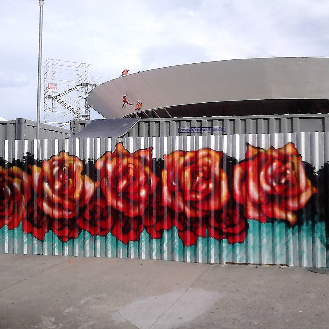 """""""If I Could change The World  If I could reach the stars  Pull one down for you  Shinin on my heart  So you could see it true  Then this love I have inside Is everything you see  But for now I find It's only in my dreams  That I can change the world"""" #Niteroi  #grafitti #sprayart #streetartrio #streetartriodejaneiro #niteroigraffiti #lyaalvesarteurbana #tapumeart #tapumeniterói"""