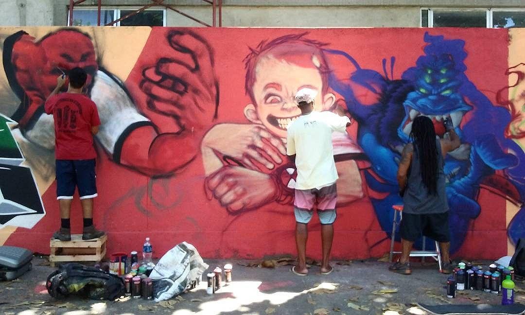 Tá tendo! @akumasantos, @pakatoo e @leandroraios quebrando tudo nesse domingão!  #zn #zonanorte #graffiti #graffitilovers #streetartrio #riodejaneiro