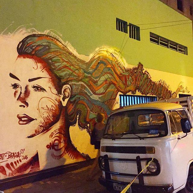 ...3 anos depois com meu irmão @6ra99a renovando o #sanduka no Humaitá! Muito bom a interação com os locais e todos que passam , bom rever os amigos, dia classe! Bom estar de volta!!!Original Rio de Janeiro! #graffiti #spraypaint #freestyle #freehand #streetartrio #humaita #riodejaneiro #rio #rj #rua #freehandart #art #arte #artwork #mural #instagrafite #bragga #mentone #marceloment