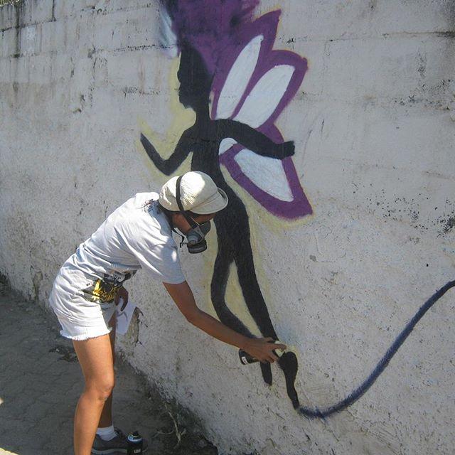 #AfroGrafiteira @lu.brasill no mutirão de Graffiti de Jardim Queimado. Isso aê. Indo para os encontros e compartilhando o conhecimento. #AfroGrafiteiras #RedeNami #StreetArtRio #Grafiteiras #Fada