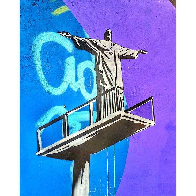 Artistas anônimos embelezam as paredes da cidade. Nesta, o Cristo Redentor na plataforma de Saltos Ornamentais. Este #grafitti, #streetartrio, #olimpicgames está na parede lateral do Hotel Ibis Botafogo.