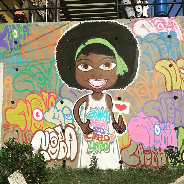 """""""Criança negra seu cabelo é lindo"""" ... É muito positiva a forma que a comunidade nos recebe. Ontem durante o #churrasgraffiti uma moradora veio me agradecer pela arte pois a filha dela (única menina daquela parte da rua) se identificou muito com esse desenho. Por essa é por outras que eu amo pintar nas favelas. #artistasurbanoscrew #classed #ruasdazn #streetartrio #favelacarioca #revistak7 #ilovegraffiti #criançanegra #culturaderua #complexodapenha #riodejaneiro #afro #cabeloblack #afrograffiti #brasilafrica #pandronobã #rjvandal #graffitirio #mutirãodegraffiti 2016"""