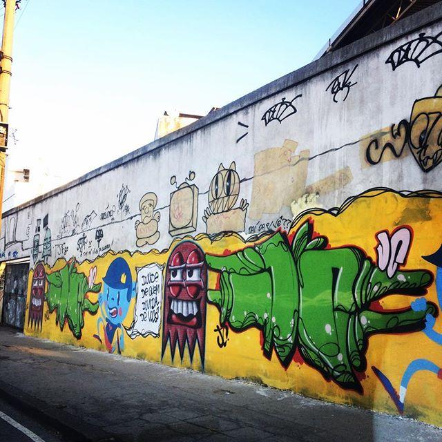 Grafite na avenida Radial Oeste #streetart #arteurbana #grafite #graffiti #grafiterio #graffitirio #graff #urbanart #urbanartrio #art #artederua #streetartrio #streetartbrasil #arteurbanario #artederua #instagraffiti #instagrafite #spray #streetlife #artrua