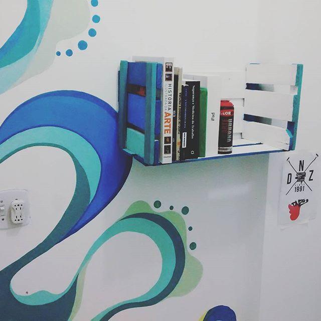 Prateleira feita com caixote de feira. Home Office - Rios de água vivas no processo de criação. #istazise #instagood #instasize #design #grafitti #graffitirj #streetart #streetartrio #paint #walt #drawing #draw #art #padremiguel #rio #riodejaneiro #brazil #dnz #felipediniz