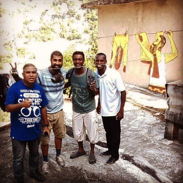 Presença ilustre enquanto fazia um graffiti na laje da tia que vende o melhor sacolé da comunidade, com mestre Helio, Marcelo e Vinicius. Veio alegrar o dia da molecada no morro!!! #morrodacasabranca #cazé #cazesawaya #nalaje #streetartrio