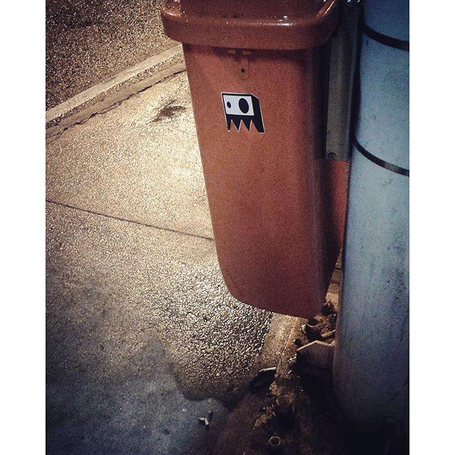 Solitário nas noites frias do RJ ... #stickers #rjstickers #stickersSP #stickerporn #stickerart #stickerculture #stickervandal #streetartrio #streetart #arte #art #adesivos