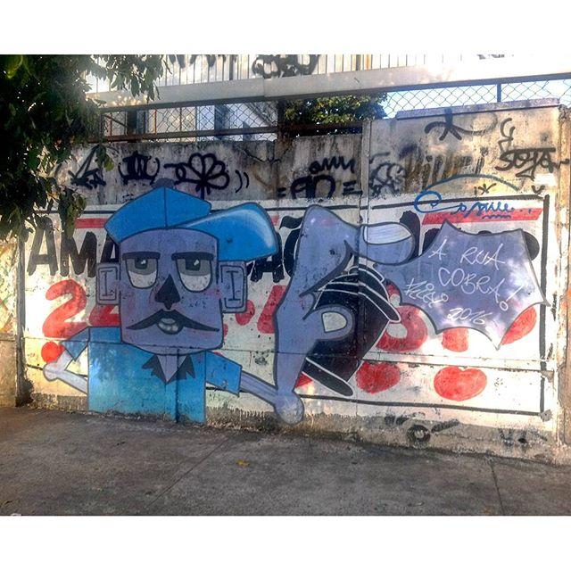 """#StreetArtRio """"A rua cobra!"""", interação do grafite com as propagandas pintadas. Grafite na Leopoldina. Artista: @riei_vinicius (Riei) Tirada em 26/04/2016"""