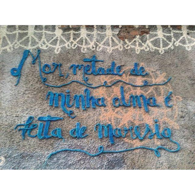 #StreetArtRio Crochê e pintura sobre muro na Ladeira do Castro, em Santa Teresa; 2/5 Artistas: @dolorezcrochez (Dolorez Crochez) e @carolemarques (Carolê) #meninarendeira Tirada em 02/04/2016