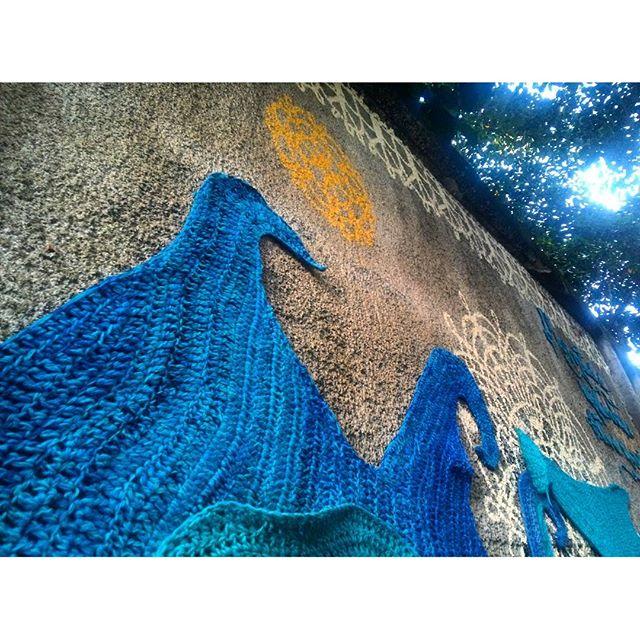 #StreetArtRio Crochê e pintura sobre muro na Ladeira do Castro, em Santa Teresa; 4/5 Artistas: @dolorezcrochez (Dolorez Crochez) e @carolemarques (Carolê) #meninarendeira Tirada em 02/04/2016