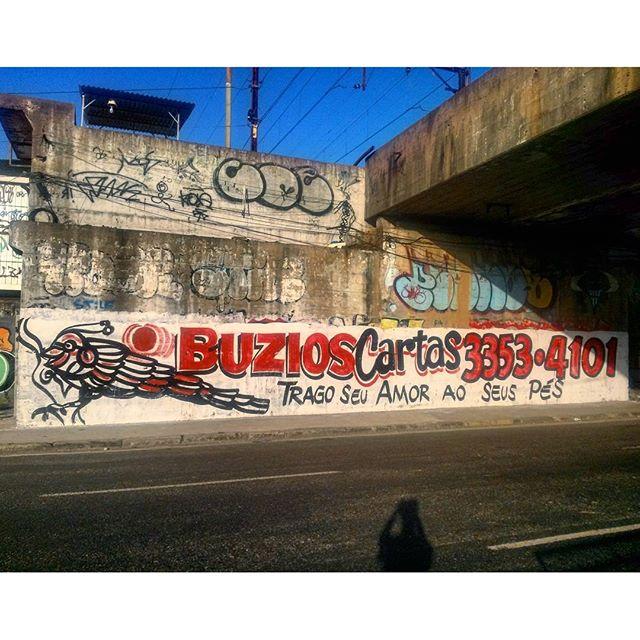 #StreetArtRio Não dá pra falar de grafite carioca sem mencionar uma de suas mais presentes nêmesis: as pinturas de propaganda de Búzios, Cartas e Tarô, que muitas vezes travam uma guerra por espaço com os grafiteiros pelos muros da cidade. Pintura sobre muro na Leopoldina. Tirada em 26/04/2016