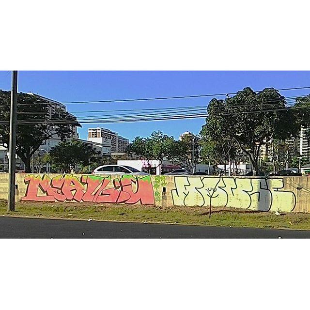 Valeu o suporte Snop, meta foi tão boa que já tão me seguindo no muro. BOMB DIA !!! graffiti #bomb #throwup #tagsandthrows #throwie #xarpi #xarpirj #pixo #grapixo #vandal #vandalismo #vandalism #rjvandal #estreetart #riodejaneiro #macacoquente #hotmonkey #amantesdotraçooculto #lovershiddenfeature #novaera #newage #StreetArtRio #vandalovers #ILoveBombing #vandalismoincontrolavel #5estrelas #cincoestrelas #fivestars #alemdosmuros #originaldarua