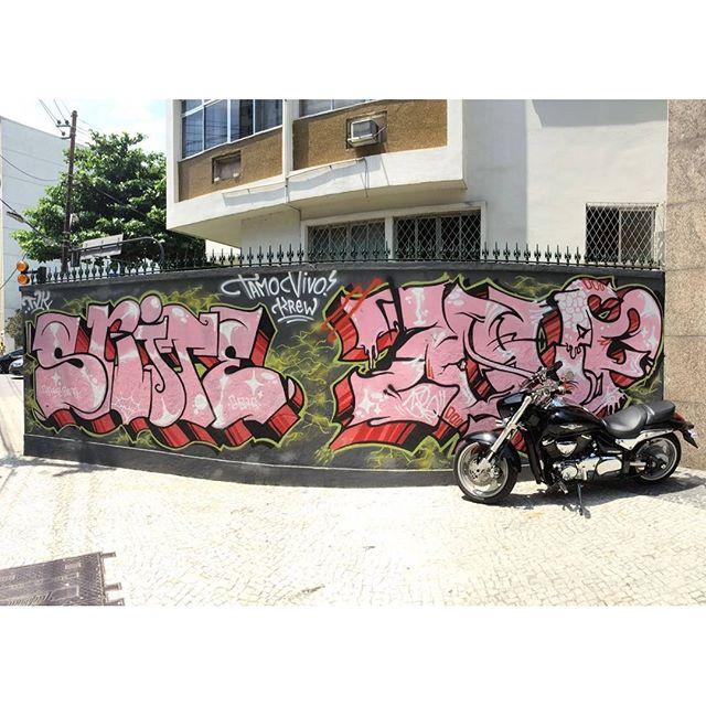 por: @snitone @zoupose • #rjvandal #streetartrio #streetart #graffiti #graffitiart #art #riodejaneiro #tags #tagsandthrows #throwsup #throwsupz #bombing #bomb #grafite #artist #artoftheday #arteurbana #rj #urbanart #artederua #rua #graffitiwall #sprayart #vandal #galeriaceuaberto #olheosmuros #bombingbrasil #graffitirio #art #makeart