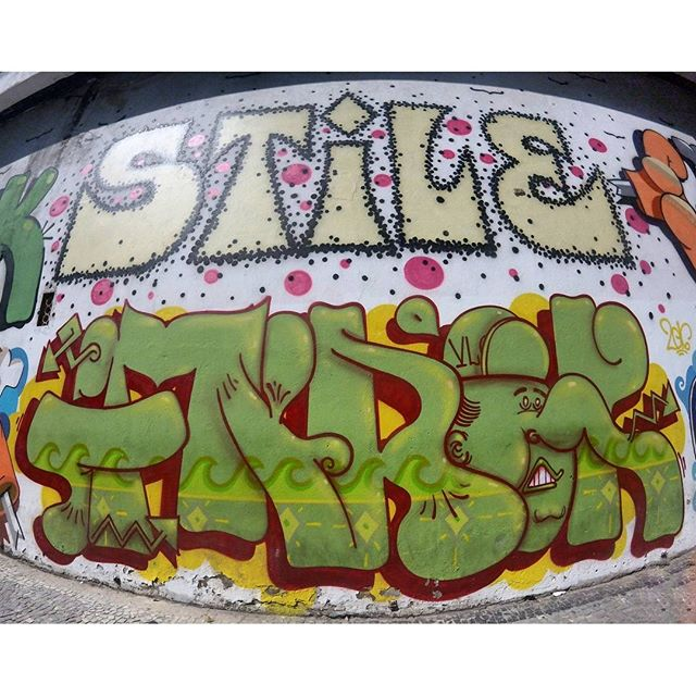 por: @stile_rj @finok• #rjvandal #streetartrio #streetart #graffiti #graffitiart #art #riodejaneiro #tags #tagsandthrows #throwsup #throwsupz #bombing #bomb #grafite #artist #artoftheday #arteurbana #rj #urbanart #artederua #rua #graffitiwall #sprayart #vandal #galeriaceuaberto #olheosmuros #bombingbrasil #graffitirio #art #makeart