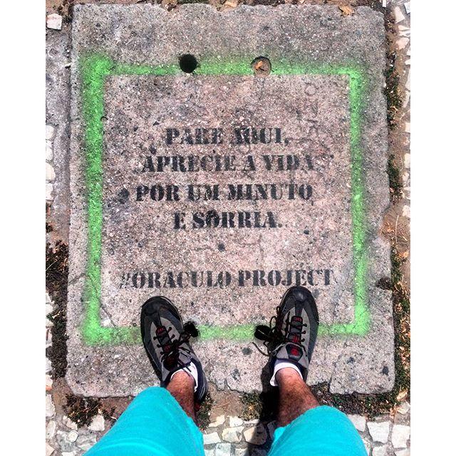 """#StreetArtRio """"Pare aqui, aprecie a vida por um minuto e sorria."""" Stencil sobre a tampa de um bueiro na rua Professor Gabizo, próximo à esquina com a rua Martins Pena. Artistas: @oraculoproject (Oráculo Project) Tirada em 26/04/2016"""